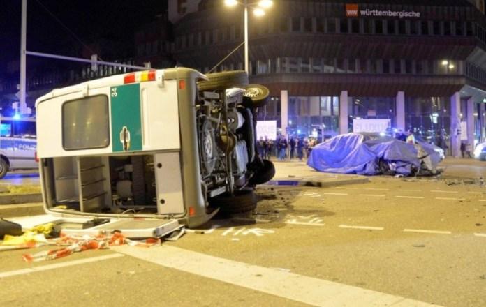 Testwagen kollidiert mit Polizeibus in Stuttgart
