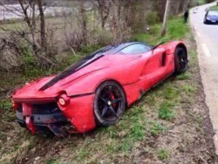 laferrari-crashes-in-france-goes-off-the-road_1
