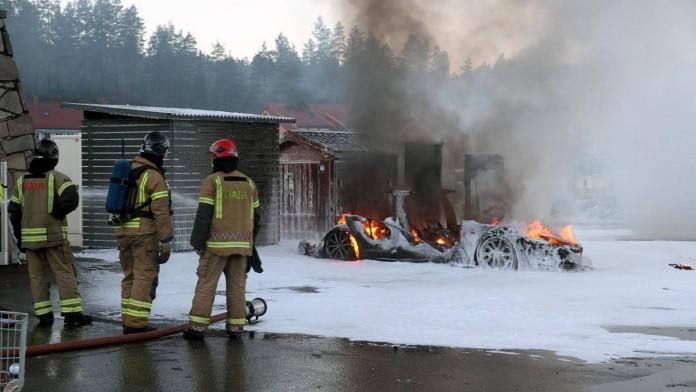 Tesla_Model_S_on_fire_in_Norway_02
