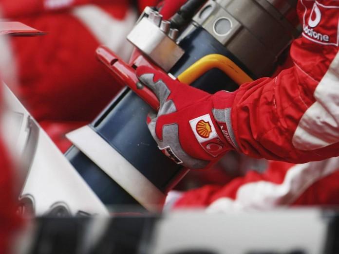 ferrari_refuelling_bahrain_2006-664432