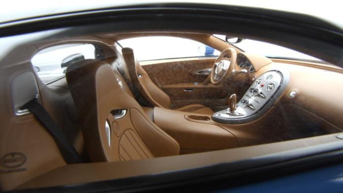 2005-bugatti-veyron-1-8-scale-model-from-amalgam-collection (1)