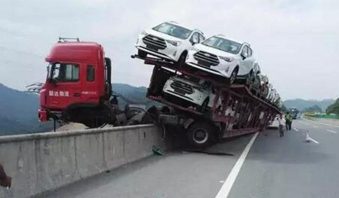car-carrier-almost-falls-off-bridge-in-china-drive-saved-by-trailer_2