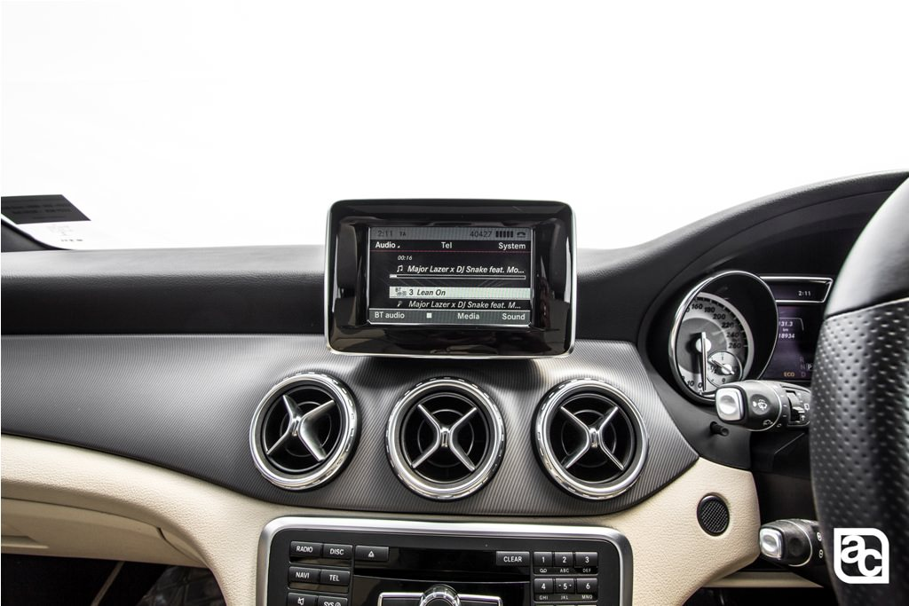 2016-Mercedes-Benz-GLA-center-ac-vents-detail