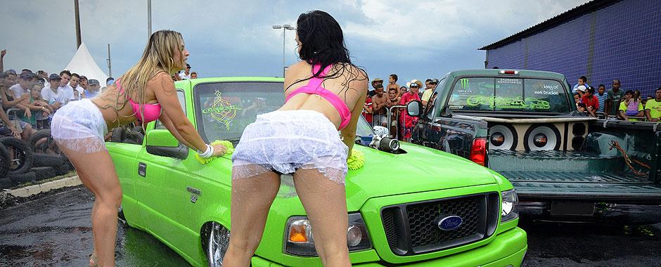 Garotas molhadas no Lava Car Sexy realizado no oitavo Mega Motor na cidade de Sumaré (SP) no Chapéu Brasil