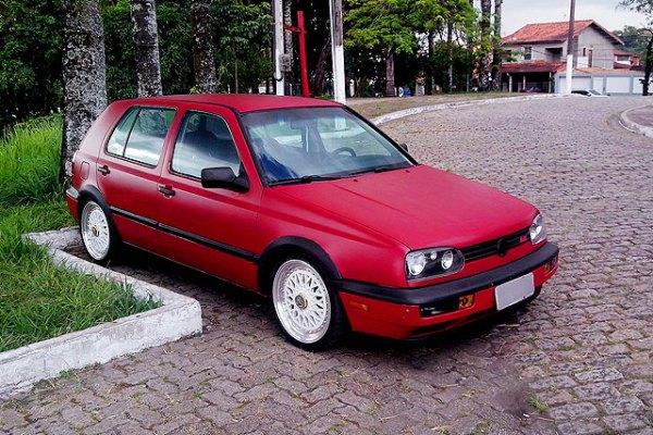 Golf 1997 vermelho fosco, rodas esportivas, fenders e iluminação personalizada