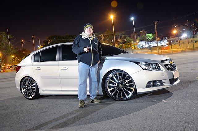 Chevrolet Cruze LT 2013 com rodas aro 20, suspensão rebaixada, películas escuras nos vidros (insulfilm) e xenon