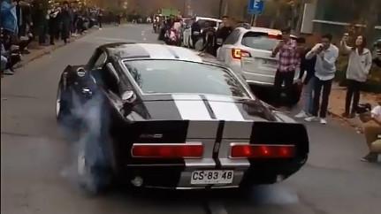 Mustang antigo dando borrachada