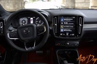 Volvo XC40 Recharge T5 R-Design - on adore cette ambiance ultra-contrastée noire et orange