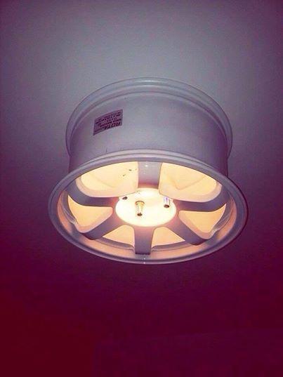 Un cerchione riutilizzato come lampadario