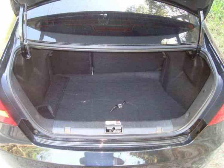 Porta-malas de 490 litros.