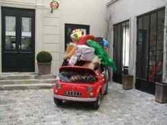 Um pequeno Fiat 500 lotado de presentes