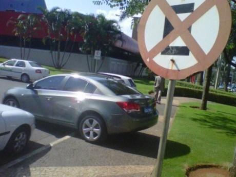 """No proibido, em cima da calçada... """"Mas eu preciso estacionar!"""" Fonte: R7"""