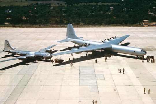 O B-36 fotografado junto ao B-29, apenas para comparação de tamanho (USAF)
