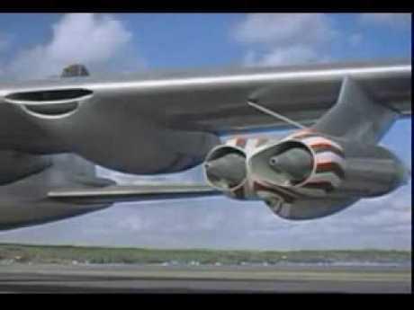 Os dois motores a jato da asa esquerda, com as tomadas de ar abertas (YouTube.com)