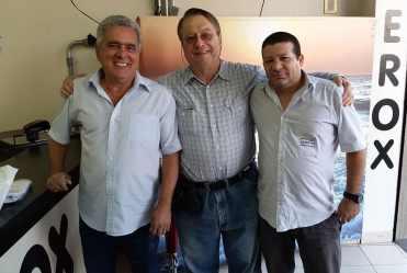 O da direita é o Gileno que prepara as minhas camisas de evento há vinte anos; o da esquerda é o dono da loja