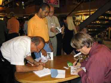Da esquerda, na minha frente: José Nicésio Arantes Filho, autor; José Ricardo de Oliveira, amigo que veio prestigiar o evento; e Ronaldo Berg, autor