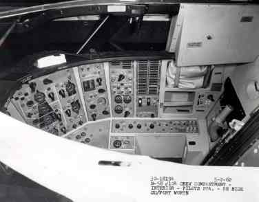 Lateral da cabine também tinha comandos (USAF)