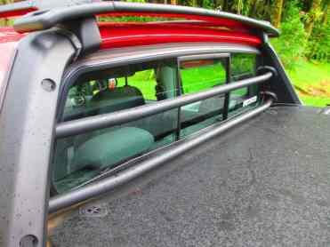 Duas barras de aço protegem o vidro vigia