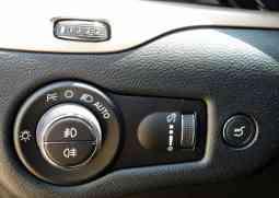 Comando de faróis bem visivel para o motorista; abertura do porta-malas do lado direito
