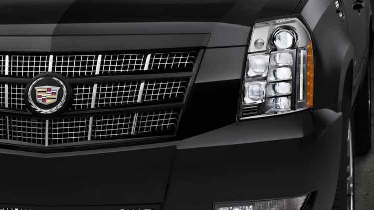 O Escalade topo de linha, modelo Platinum, e o primeiro farol totalmente de LEDs no mercado mundial (Cadillac)
