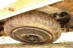 Roda estreita e pneu de uso temporário, na imagem, baixado e ainda preso pelo cabo