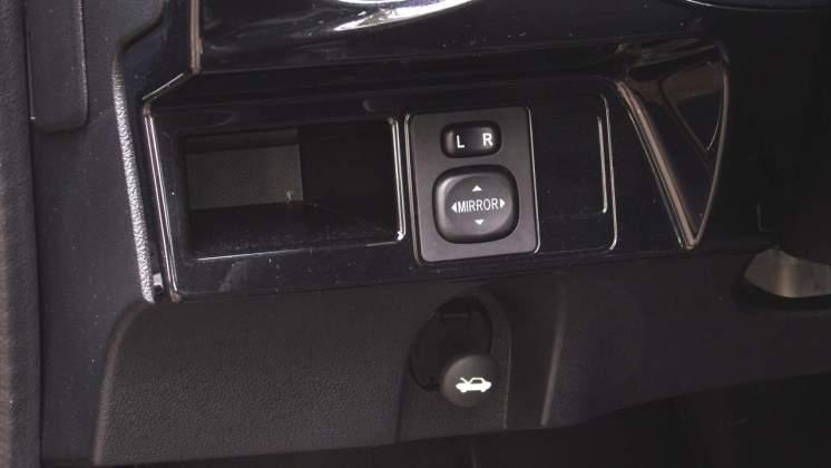 Controle dos espelhos externos e botão puxador do capô do motor