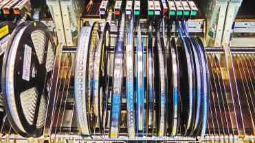 Os componentes das placas são alimentados para a montagem robotizada através de rolos