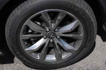 Roda de 18 pol. e pneus 235/55 (que nos modelos mais novos passou para 225/60)