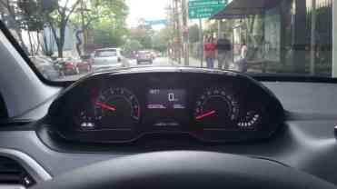 ...a 1.300 rpm ao pisar no pedal de embreagem