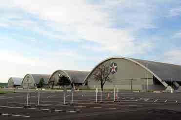 Vista dos quatro edifícios em forma de hangares