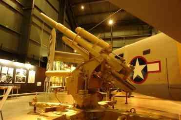 O canhão antiaéreo alemão conhecido como Flak, de 88 mm, 15 a 20 tiros por minuto