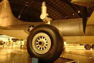 O trem de pouso com roda e pneu enormes, motivo de problemas