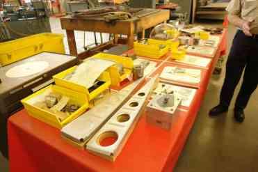 Mesa com algumas peças e moldes para explicar parte dos processos