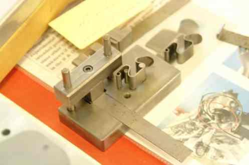 Uma ferramenta para fabricação de molas de fixação de peças