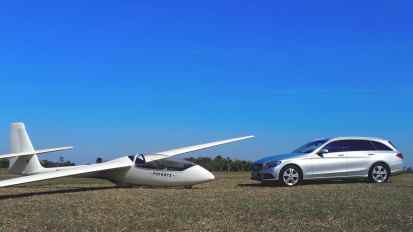 Dois veículos aerodinâmicos, aqui com um planador PZL Puchacz (lê-se Puçás)