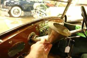 Funil para abastecer o carro, pois a tampa é bem na frente do passageiro!