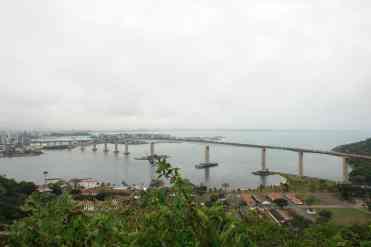 A 3ª ponte, ligando Vitória a Vila Velha, vista do Convento da Penha