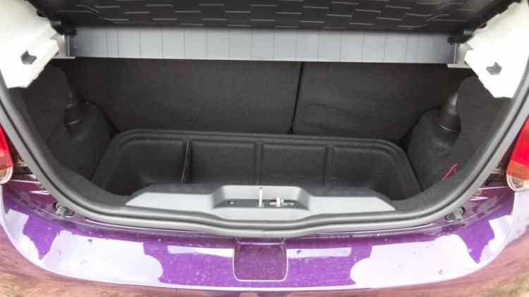 Porta-malas de 215 litros. Tem uma caixa móvel. O encosto de banco traseiro, bopartido, rebate