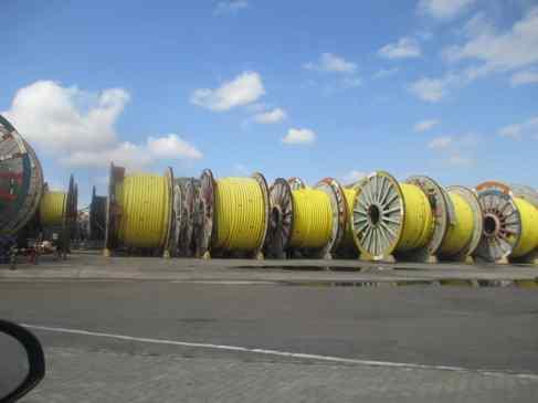 Fábrica de tubulação flexível para extração de petróleo, junto ao porto
