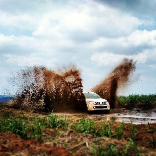 Travessia de atoleiro durante o Test-Drive Off-Road nas estradas rurais de fazendas da região. Foto: divulgação