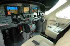 Posição de pilotagem alta para perfeita visibilidade no pouso