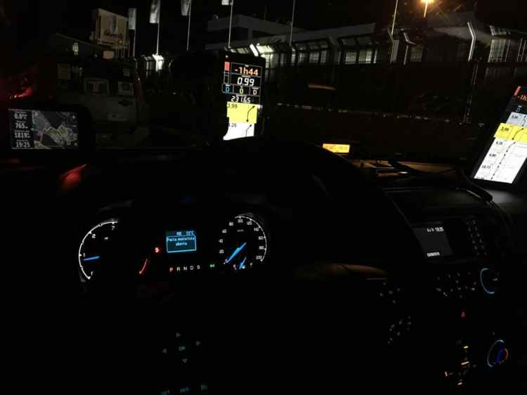 """Imagem noturna do nosso """"painel"""" com os tablets de navegação, GPS e rádio de comunicação. Foto: autor"""