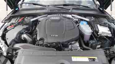 O motor longitudinal no seu compartimento com...