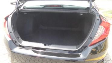 Ótimo porta-malas de 525 L, mas com estepe temporário
