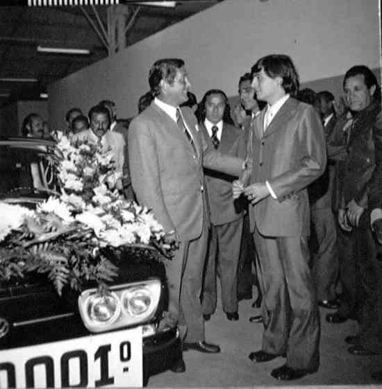 Wolfgang Sauer, à esquerda, faz a entrega do VW Brasília nr. 2.000.001