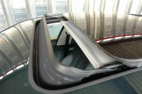 Defletor de ar do teto sobe ao abrir