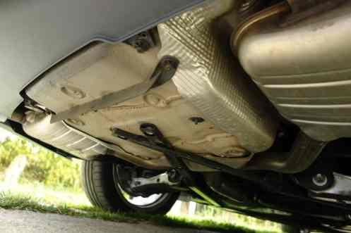 Dois silenciadores, saídas funcionais, defletor de ar no porão do estepe e reforços cruzados do subchassis traseiro