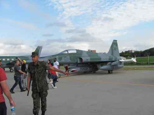 F-5 desativado com pintura chamativa, incluindo o canopy
