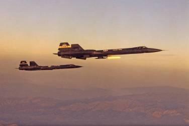 O YF-12A à frente, com o casulo Cold Wall