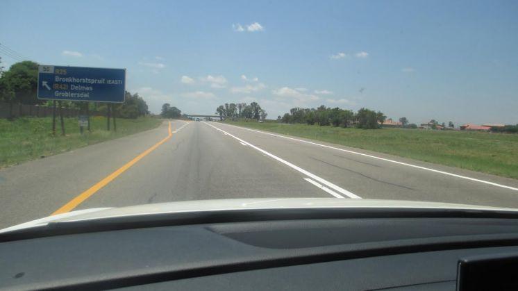 Isso mesmo em vias de mão única: esta é uma rodovia de pista dupla, com enorme canteiro central à...direita!